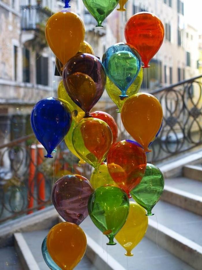 70-bouquet ballons multicolore sur un esclier