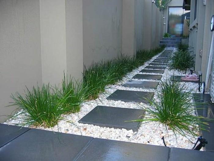 80-entretien pelouse une porte au fond
