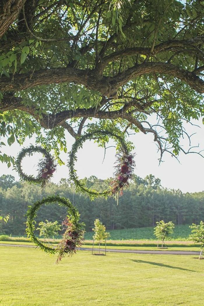 83-pelouse entretien - decoration sur un arbre