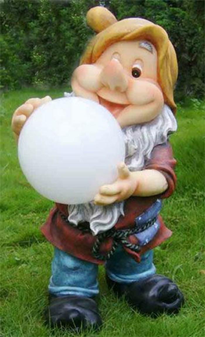 87-Le nain de jardin avec une boule blanche