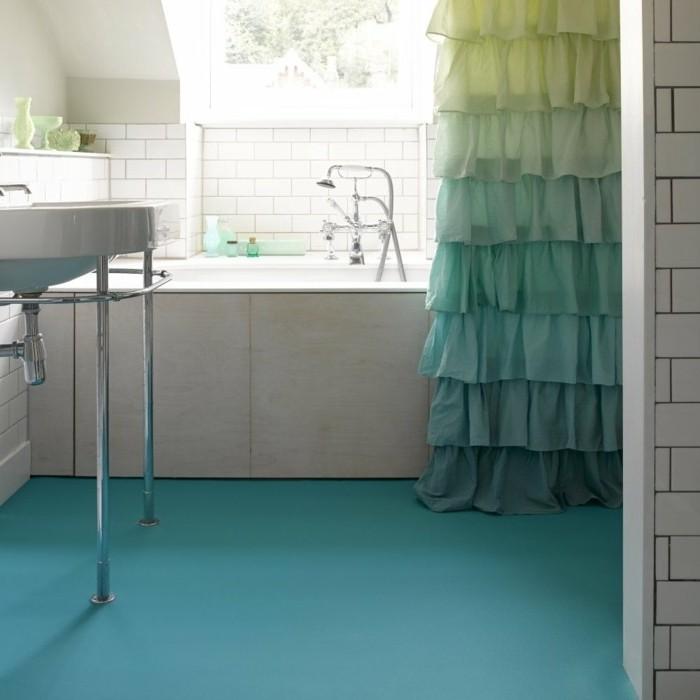 déco-salle-de-bain-sol-en-vinyle-bleu-rideau-de-bain-intéressant-baignoire-à-encastrer