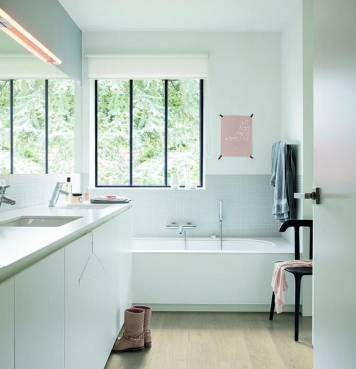 idee-deco-salle-de-bain-sol-en-vinyle-baignoire-à-encastrer-blanche-salle-de-bain-zen