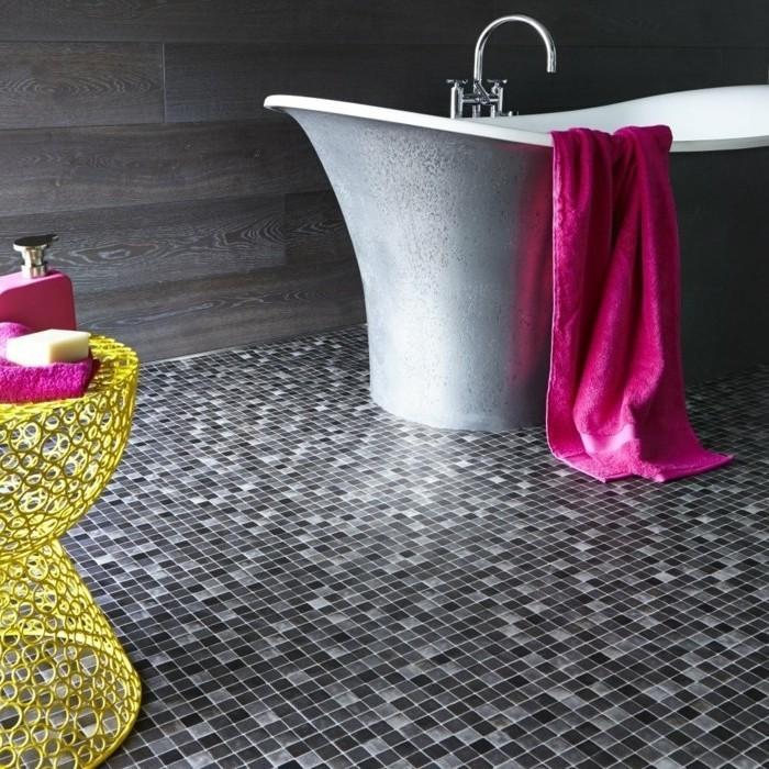 modele-salle-de-bain-couleur-taupe-sol-en-vinyle-imitant-mosaique-baignoire-à-poser