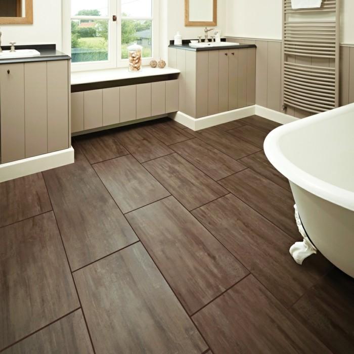 modele-salle-de-bain-en-blanc-et-gris-aménagement-salle-de-bain-spacieuse-salle-de-bain-avec-sol-en-vinyle