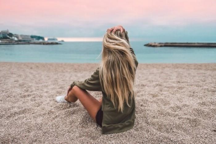 achevable-coiffure-balayage-blond-californien-belle-fille-sur-la-plage