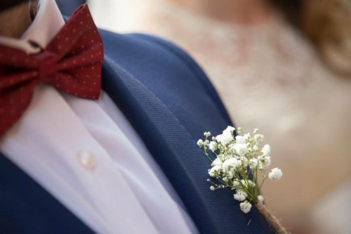 beau-garçon-admirable-tenue-chique-mariage-en-bleu-et-rouge-détails
