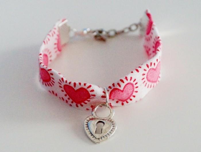 bijou-enfant-bebe-bracelet-en-tissu-au-petit-coeur-ferme-a-cle-Alittlemarket-com-resized