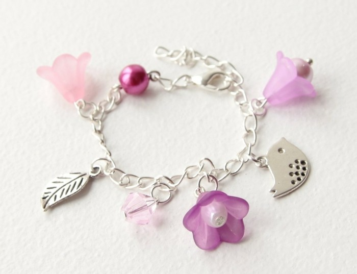 bijou-enfant-petit-bracelet-aux-multiples-elements-Alittlemarket-com-resized