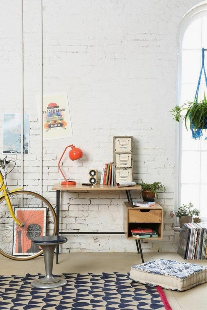 bureau-art-en-bois-clair-et-fer-jolie-lampe-de-bureau-articulée-orange