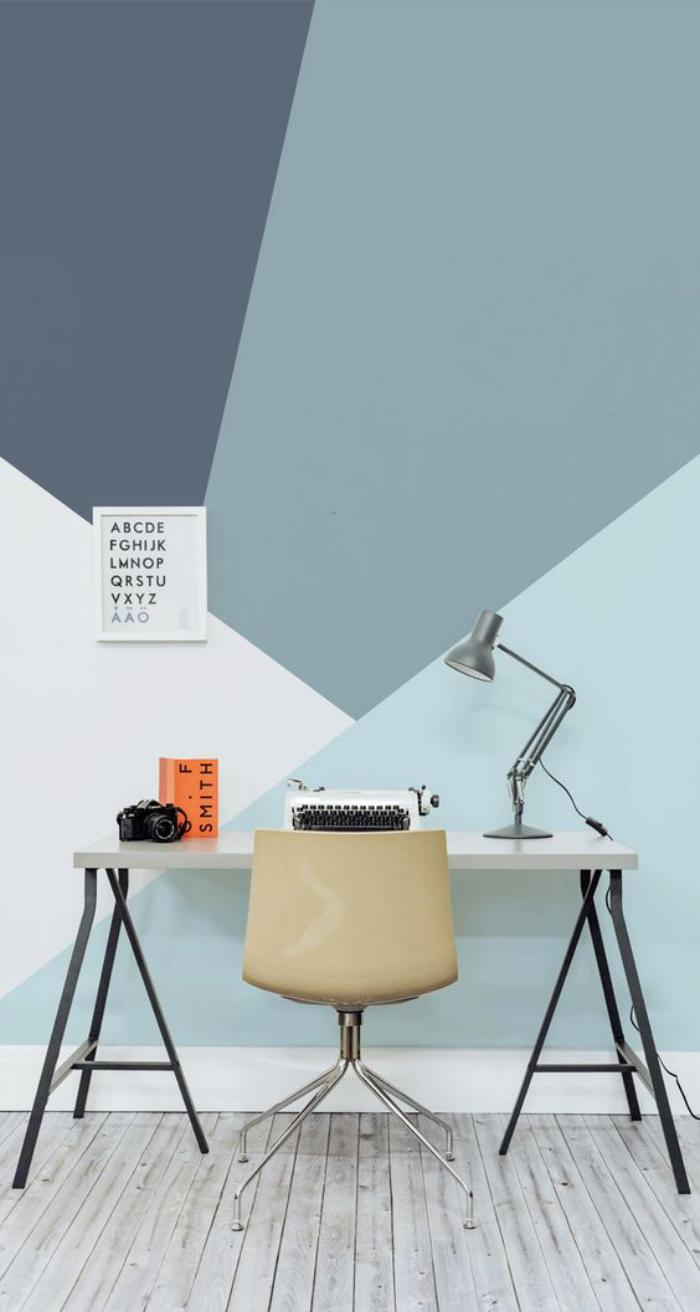 bureau-design-épuré-plastique-métal-peinture-murale-originale