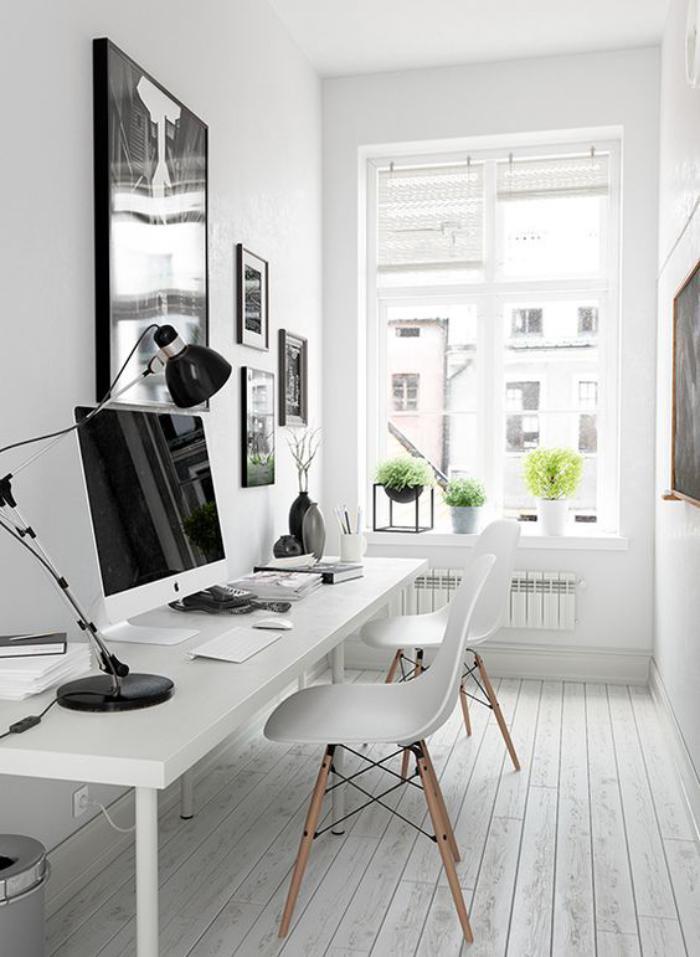 bureau-design-bureau-blanc-épuré-dans-un-intérieur-noir-et-blanc