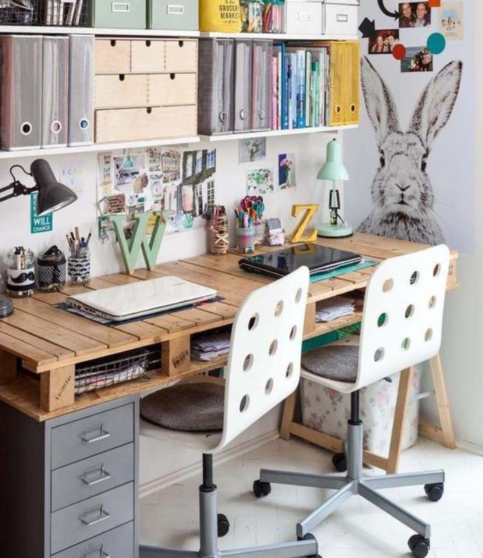 bureau-design-en-palette-bureau-monté-au-mur-avec-belle-déco-chaises-pivotantes