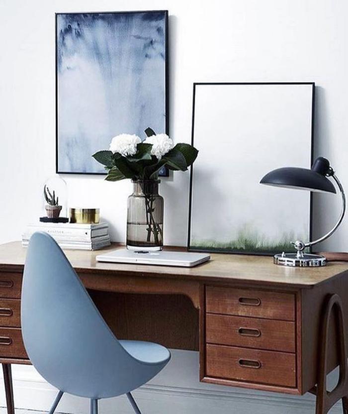 bureau-design-style-mid-century-chaise-bleue-élégante