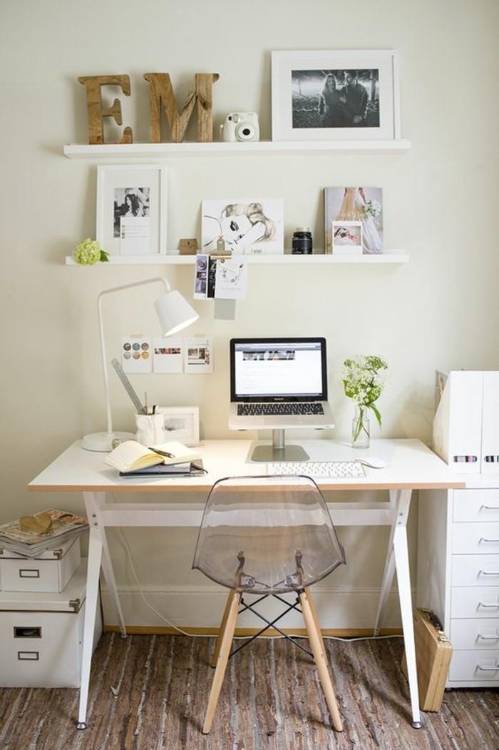 chaise-transparente-bureau-en-bois-clair-rangement-coin-de-travail-idees-interieur-beige