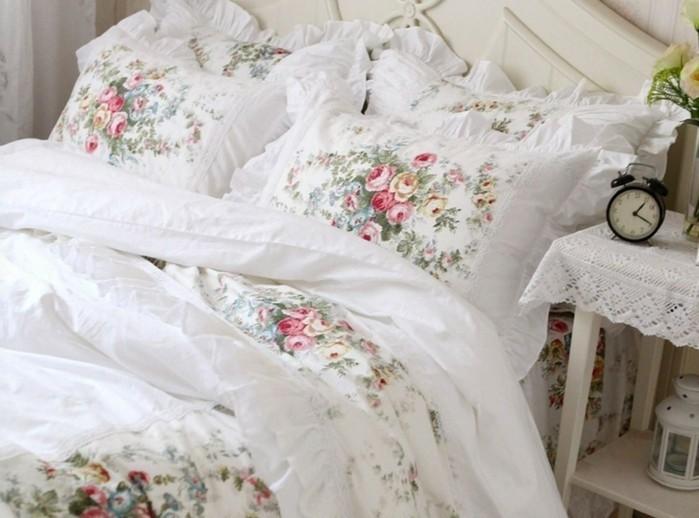 chambre-vintage-adulte-déco-chambre-pas-cher-couverture-de-lit-en-fleurs-réveil-vintage