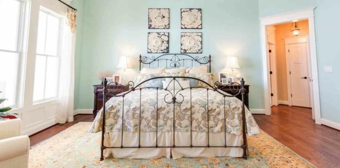 chambre-vintage-adulte-déco-chambre-vintage-tapis-oriental-déco-murale-à-motifs-floraux-lit-fer-forgé-bleu-pastel