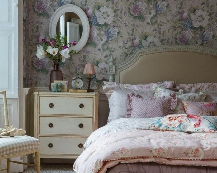 chambre-vintage-déco-chambre-vintage-campagne-idée-papier-peint-chambre-adulte-coussins-colorés-accessoires-vintage