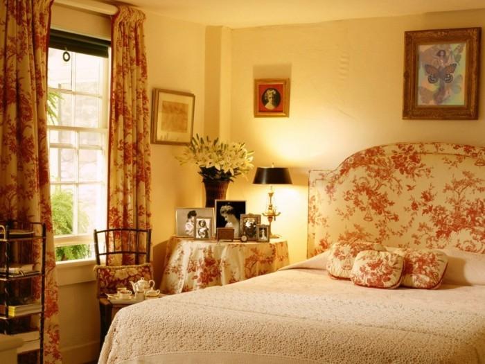 chambre-vintage-déco-chambre-vintage-gros-lit-petite-table-photo-en-noir-e-blanc-belle-déco-motifs-floraux