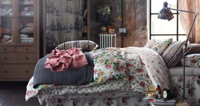 chambre-vintage-déco-chambre-vintage-industril-couverture-de-lit-en-fleurs-détails-vintage