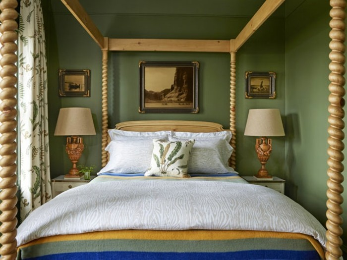 chambre-vintage-déco-chambre-vintage-lit-à-baldaquin-vieilles-photos-vert-pastel-lampes-de-chevet-vintage