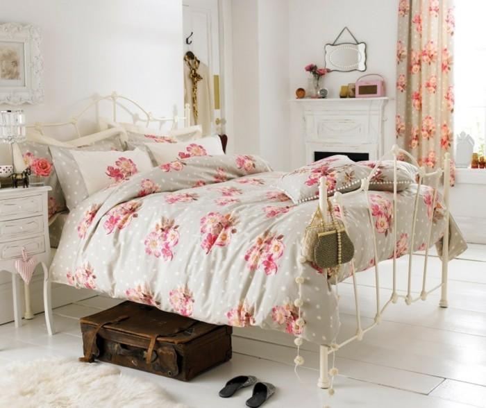 chambre-vintage-déco-chambre-vintage-lit-blanc-plancher-blanc-couverture-de-lit-en-fleurs