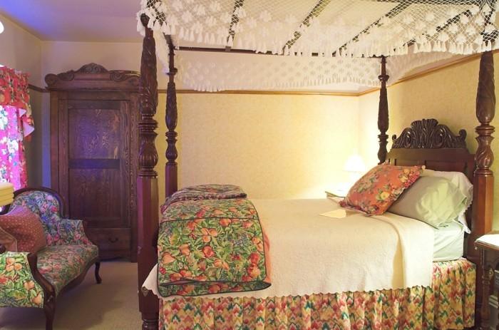 chambre-vintage-déco-chambre-vintage-pas-cher-modèle-chambre-adulte-très-sympa-canapé-vintage-lit-à-baldaquin