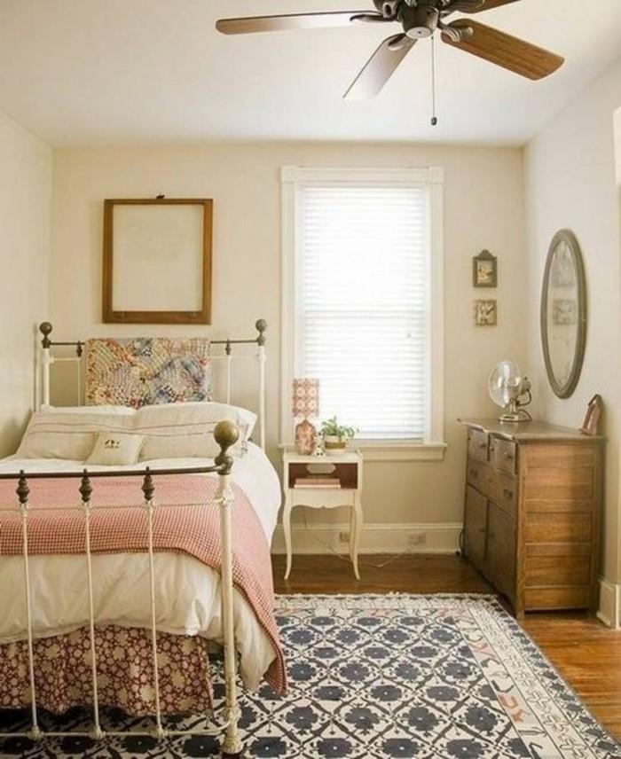 chambre-vintage-idée-déco-chambre-vintage-lit-fer-forgé-commode-en-bois-table-de-lit vintage-très-sympa-miroir-vintage