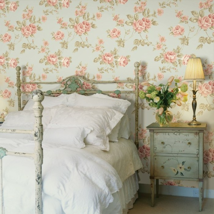 chambre-vintage-idée-déco-vintage-idée-papier-peint-chambre-adulte-jolie-lampe-de-chevet-lit-en-fer-forgé-papier-peint-à-motifs-floraux