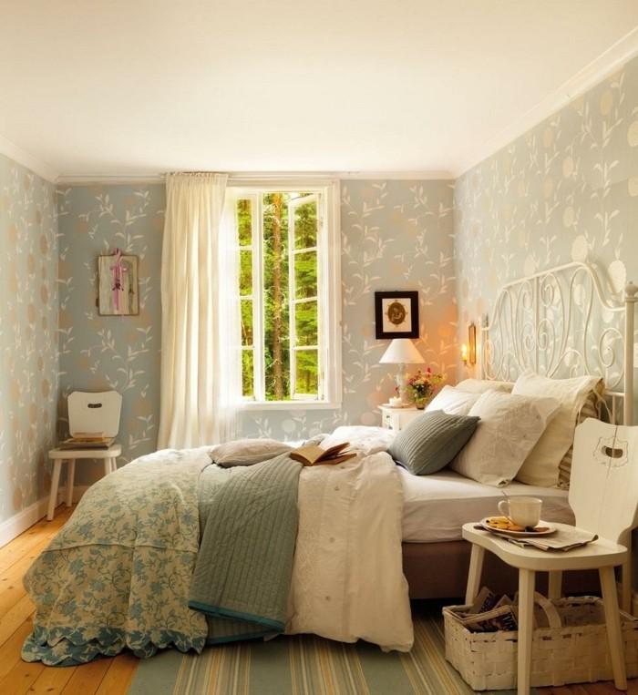 chambre-vintage-idée-papier-peint-chambre-adulte-gros-lit-confortable-chaise-en-bois-lampe-de-chevet-vintage,-vintage-campagne