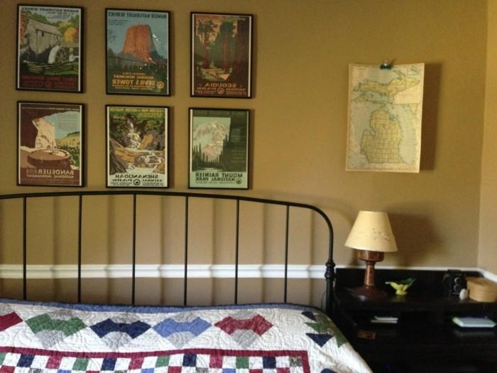 chambre-vintage-jolie-déco-chambre-vintage-lampe-de-chevet-vintage-posters-vintage-vieille-carte-lit-fer-forgé