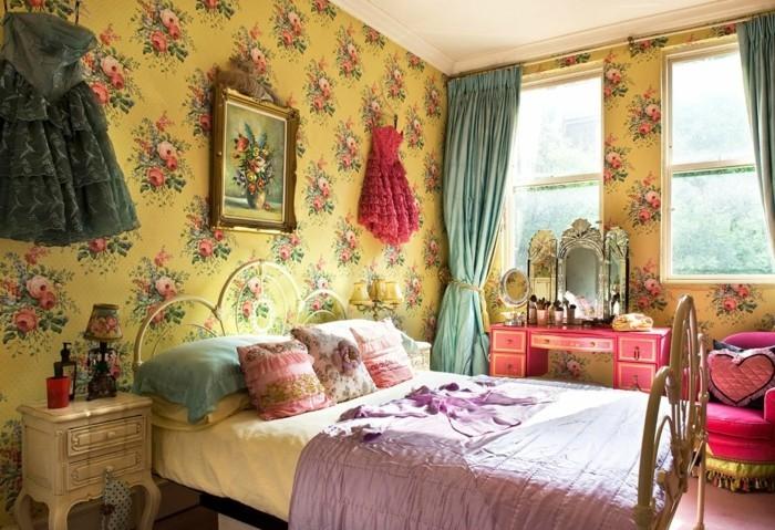 chambre-vintage-très-sympa-déco-vintage-originale-idée-papier-peint-chambre-adulte-vintage-à-motifs-floraux