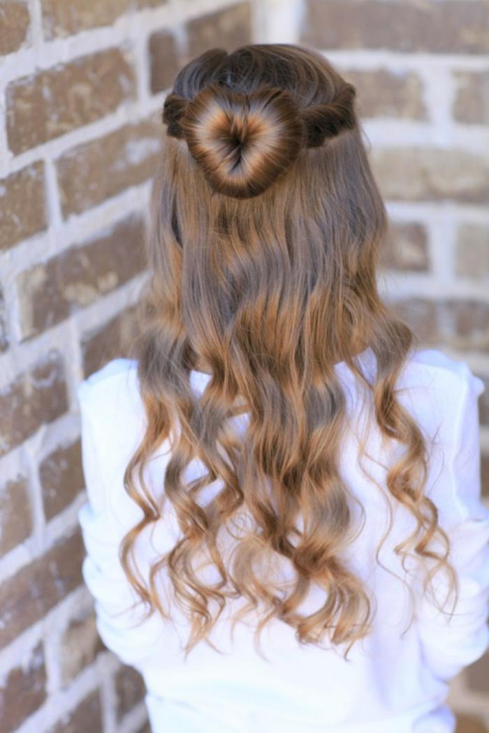 coiffures-pour-enfants-chignon-pour-la-partie-supérieure-des-cheveux