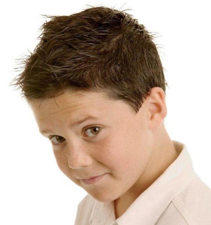 coiffures-pour-enfants-coiffure-garçon-avec-fixation