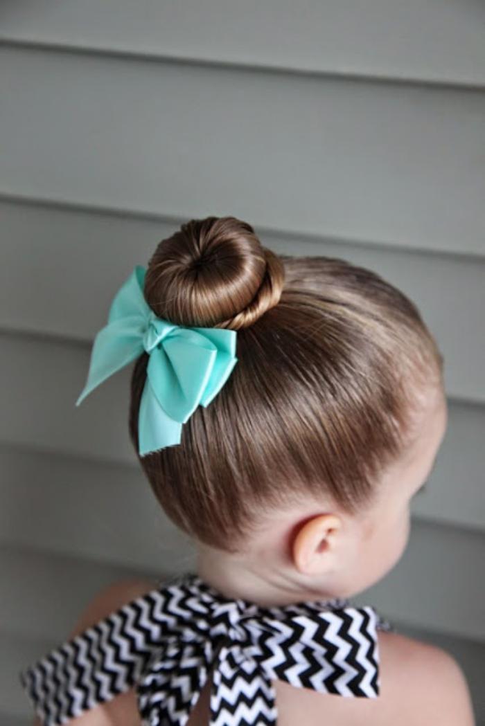 coiffures-pour-enfants-idée-coiffure-de-fête-demoiselle-d'honneur