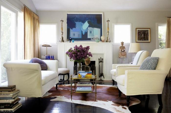 comment-aménager-un-petit-salon-idée-décor-en-blanc-bleu-et-mauve--belles-fleurs-fauteuils-et-canapé-blancs