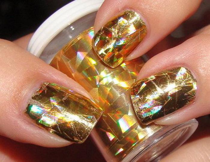 déco-nail-art-dorée-avec-foil-à-ongle-doré