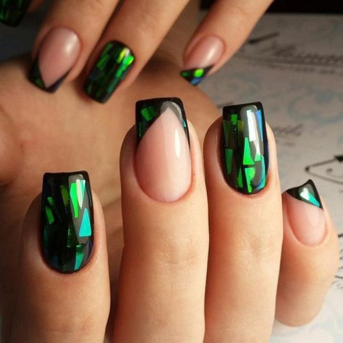 déco-nail-art-jolie-manucure-française-avec-foils-holographiques