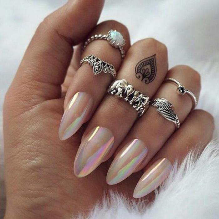déco-nail-art-ongles-holographiques-design-pointu