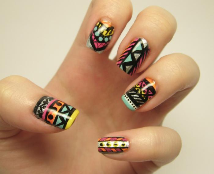 déco-ongles-motifs-aztèques-plusieurs-couleurs