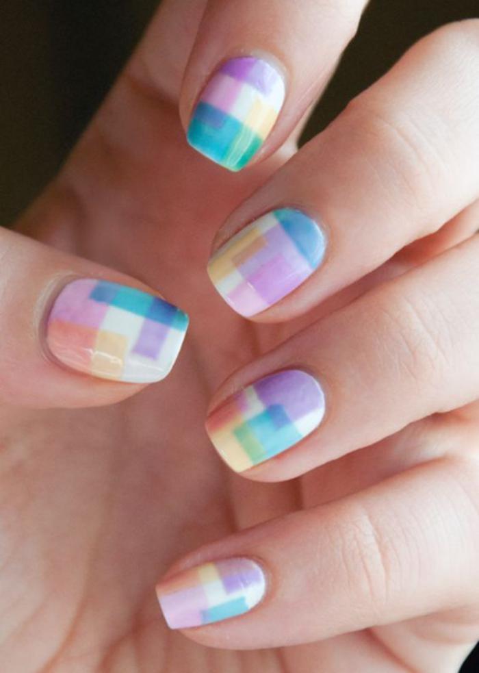 déco-ongles-avec-bandes-autocollantes-nail-art-multicolore