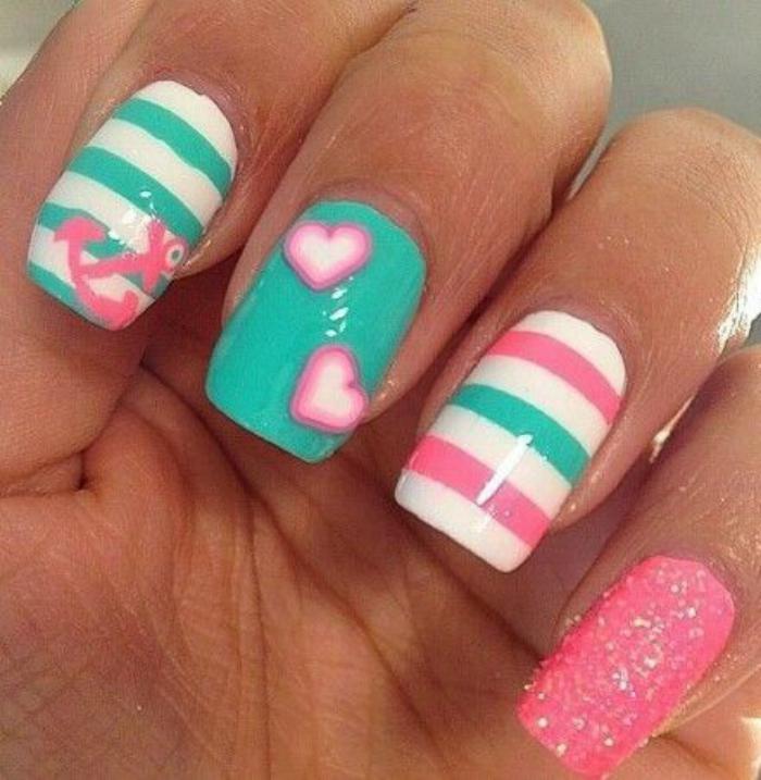 déco-ongles-couleurs-douces-ancre-et-paillettes