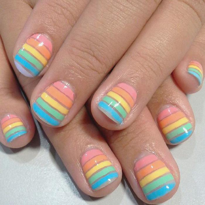déco-ongles-lignes-multicolores-avec-striping-tape