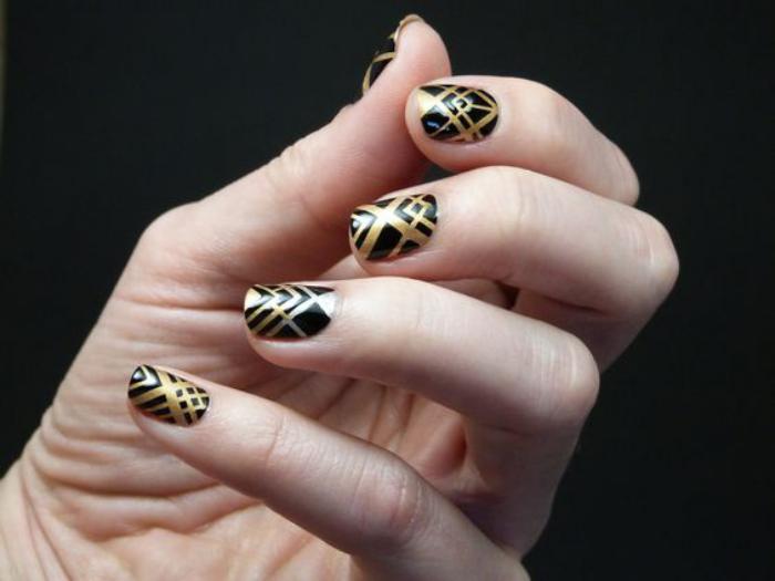 déco-ongles-noir-et-or-avec-bandes-de-striping-tape