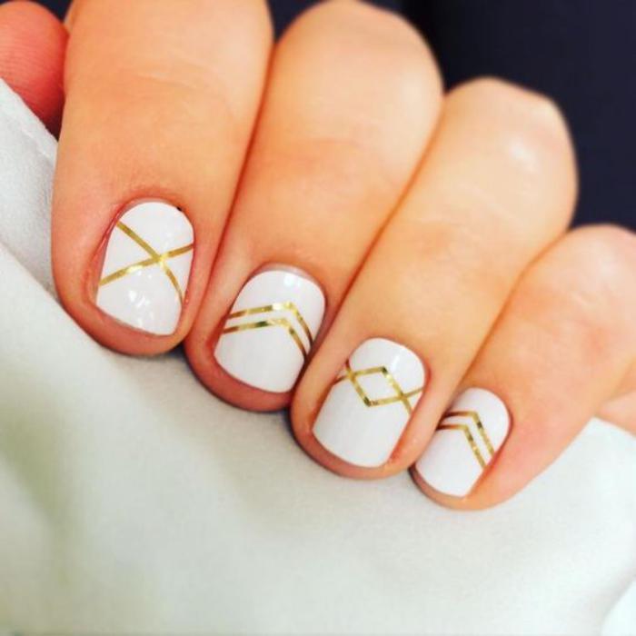 déco-ongles-originale-déco-géométrique-avec-stickers