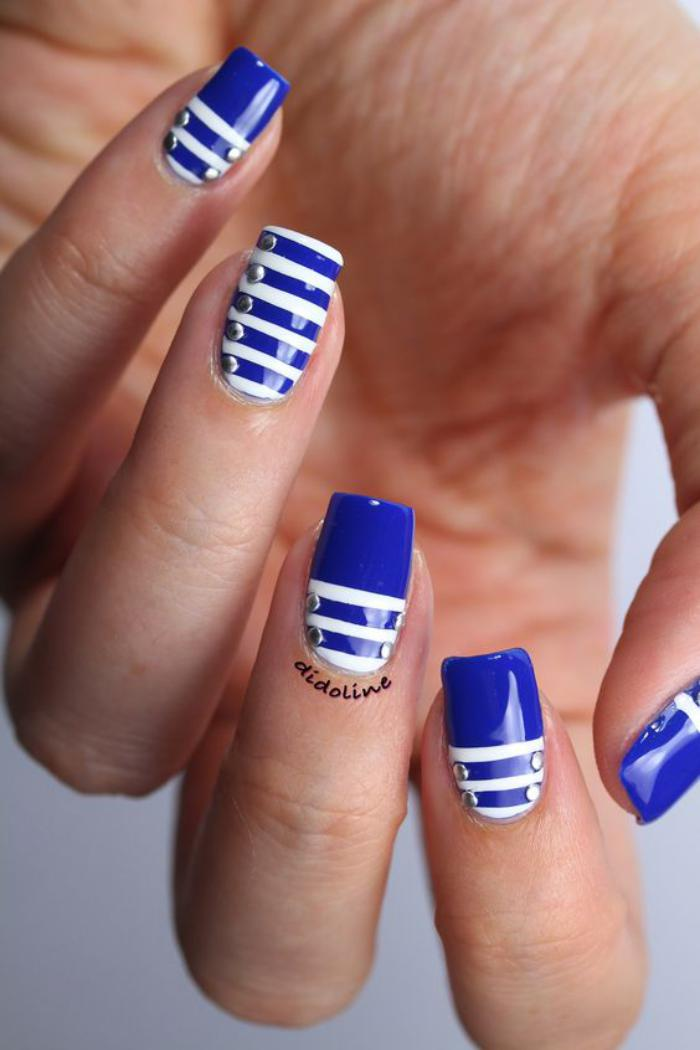 déco-ongles-rayures-bleues-sur-ongles-blancs
