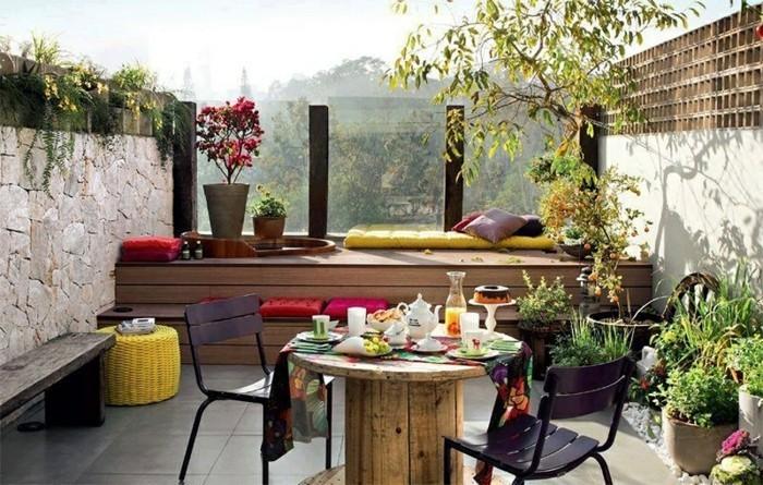 deco-boheme-chic-balcon-avec-une-table-en-bois-poulie-resized