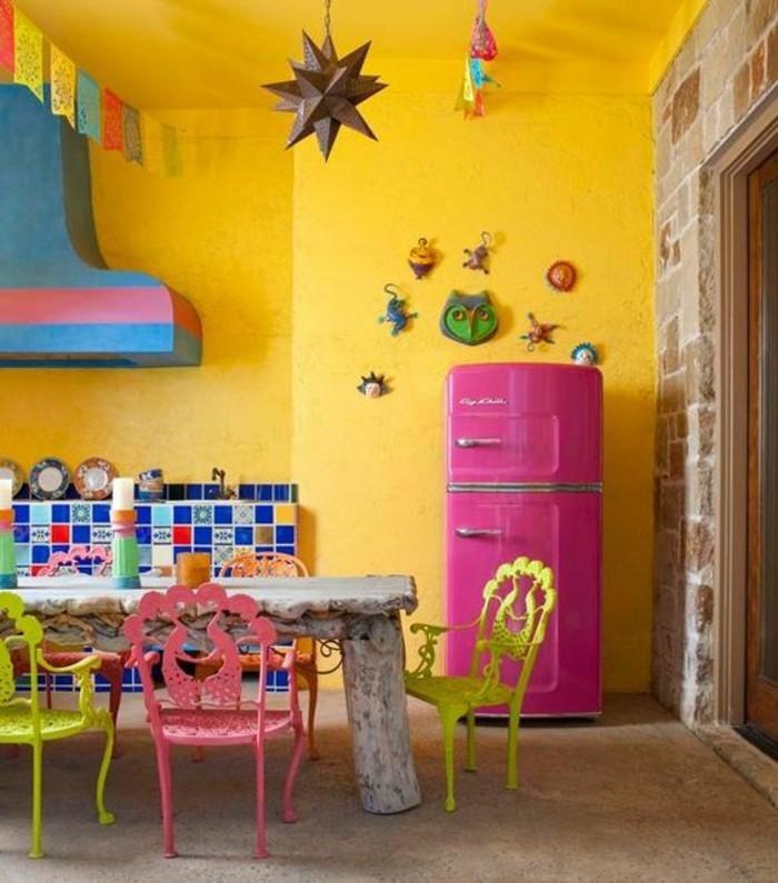 Le coin vaisselle dans la cuisine est haut en formes et en couleurs