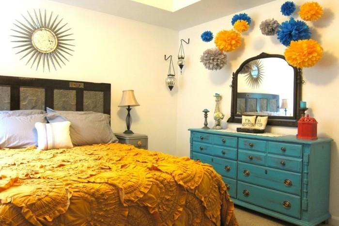 deco-boheme-chic-lit-avec-couverture-jaune-comode-bleu-claire-resized