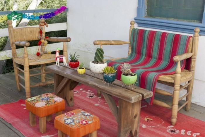 deco-boheme-chic-pour-dehors-tabourets-bas-oranges-en-fleurs-cactus-resized