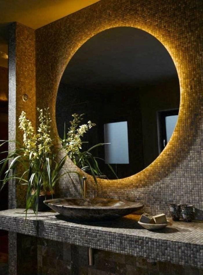 eclairage-led-miroir-rond-salle-de-bain-en-mosaique-gris-foncé-plantes-vertes-d-interieur